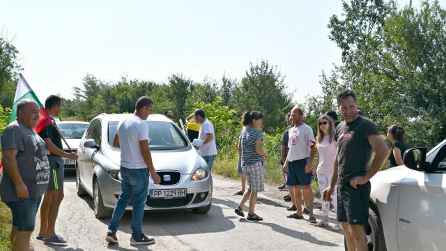 Бисерци и Божурово на протест за ремонт на републиканския път (ВИДЕО)
