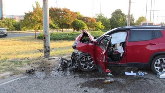 Автомобил потроши електрически стълб в Русе, двама са ранени