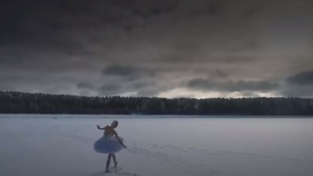 Балерина танцува върху лед заради екологична кауза (ВИДЕО)