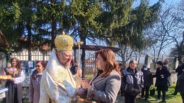 Алисе Муртезова направи дарение за храма в Ново село