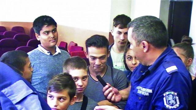 """Над 30 деца от боксов клуб """"Мизия 80"""" са запознаха отблизо с работата на полицията"""