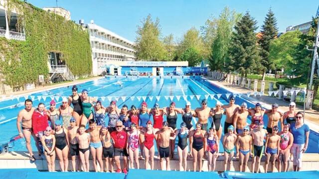 38 медала за плувците на