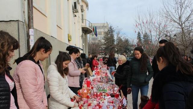 Ученици, учители и родители се включиха в благотворителен мартенски базар в Кнежа