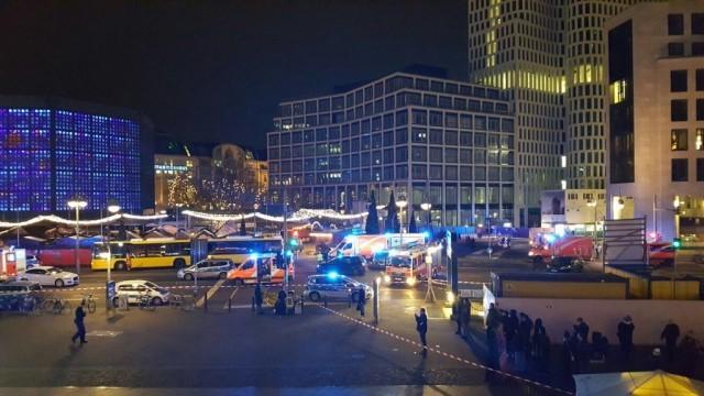 Камион се заби в коледен базар в Берлин, има жертви (ВИДЕО)