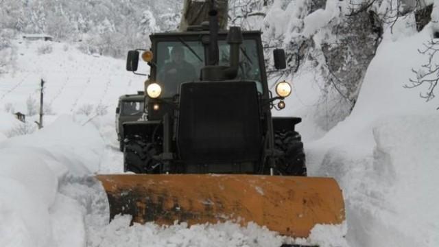 Над 200 000 българи бедстват, спасителите едва пробиват преспите