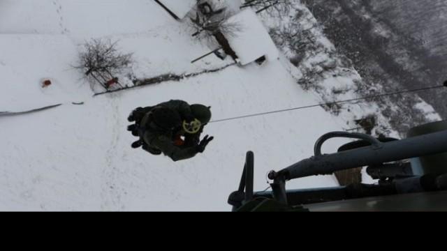 Военни хеликоптери спасиха тежко болни и бременна