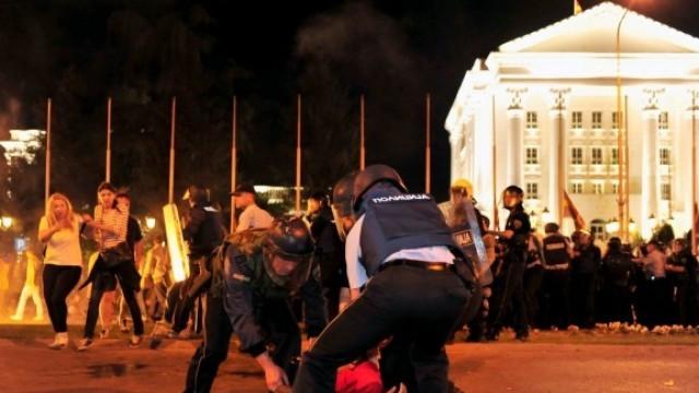 Боеве между протестиращи и полиция в Скопие, най-малко 19 ранени