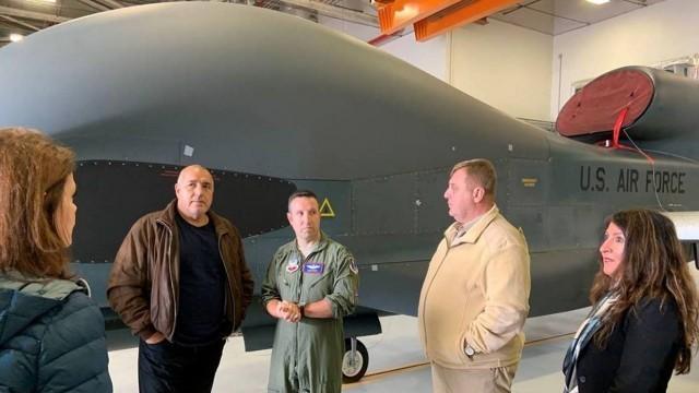 Борисов и Каракачанов се качиха на борда на американски самолетоносач