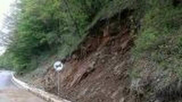 Свлачище блокира пътя към Рилския манастир