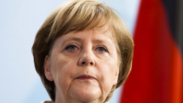 Агресивен папагал нападна Меркел при  обиколка в бившия ѝ избирателен район