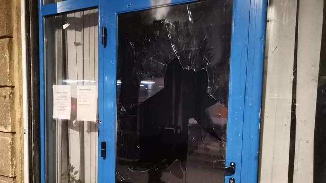 Прокуратурата разследва хулигански действия пред офис на ГЕРБ, трима от обвиняемите са непълнолетни
