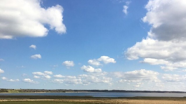 Слънчево, без валежи, ветровито около крайбрежието