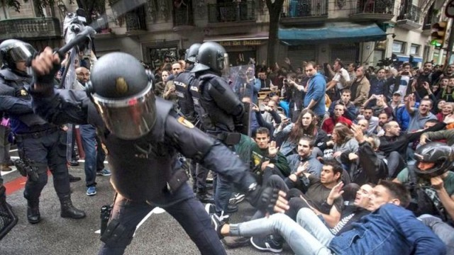 В Каталуния полицаите почнаха да стрелят, над 300 са ранени