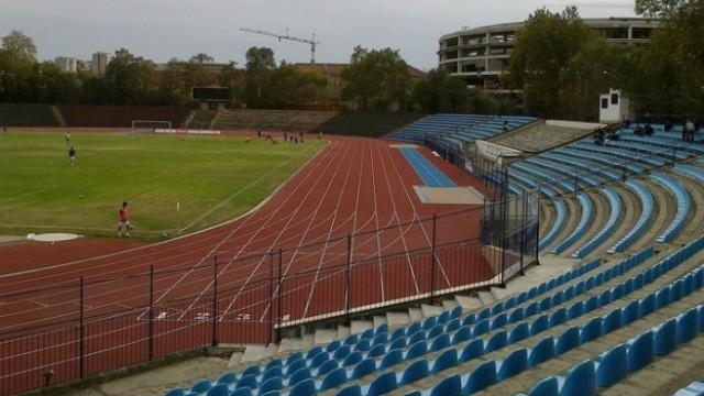 Общината светкавично - оправят осветлението около стадион