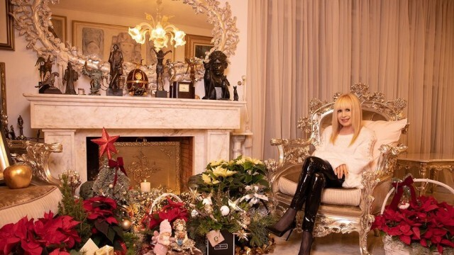 Примата на българската естрада бе затрупана с честитки и подаръци за Коледа