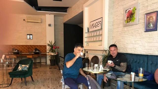 Само в Бряг нюз: Васко Василев разпуска преди концерта в елитен русенски кафе-бар