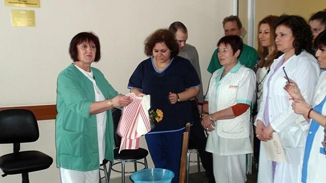 Плевен: Измиха ръцете на най - възрастната акушерка в Университетската болница