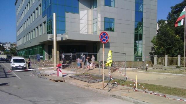 Ремонт в двора на НАП в Русе затруднява преминаването