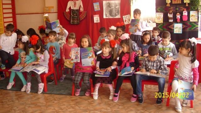 БСП - Плевен подарява книги на малчугани
