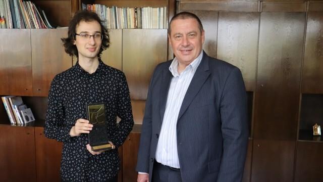 Пианистът Николай Димитров получи грамота от Борислав Българинов
