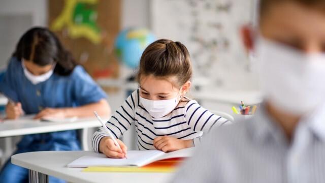 Деца без маска ще се наказват със забележка или преместване в друго училище