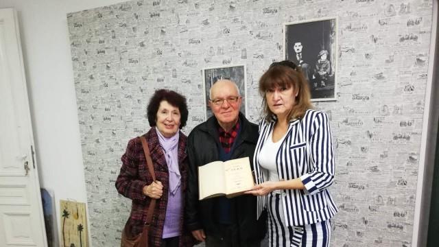 Русенско семейство дари ценна книга на библиотека