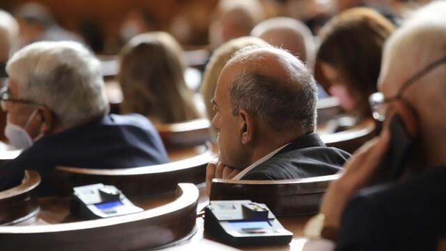 РЗИ-София влезе в парламента да глоби депутатите без маски