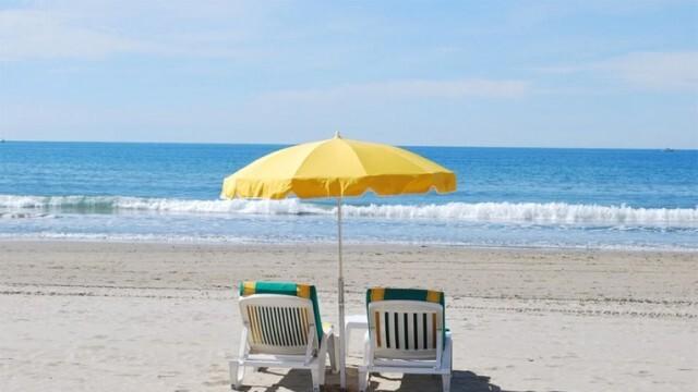 Колко ще ни струва шезлонгът и чадърът на морето това лято?