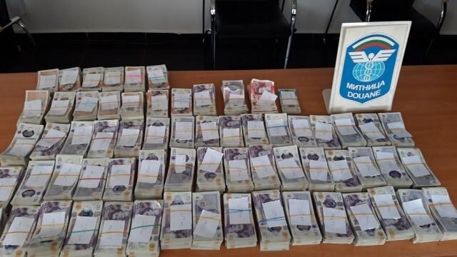 Недекларирана валута за близо 2 млн. лева заловиха митничари в два камиона
