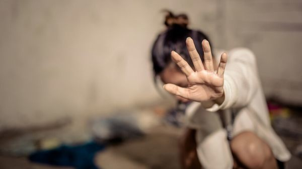 Насилник държи 36-годишна заключена и вързана със сезал, плаши, че ще я реже