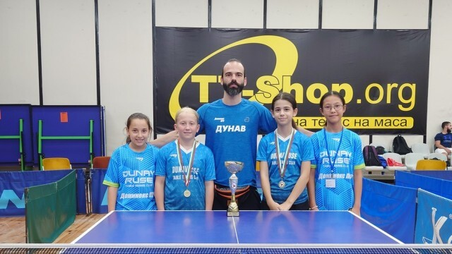 Младите спортистки по тенис на маса на