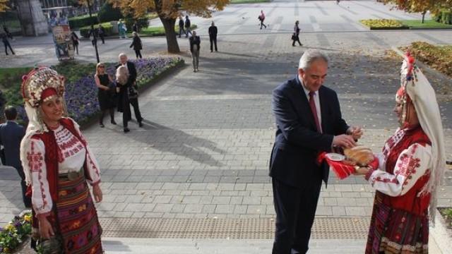 Кметът на Плевен Георг Спартански бе посрещнат с хляб и сол в сградата на Община Плевен