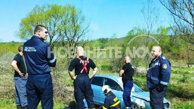 Двама пострадаха, след като колата им падна в дере