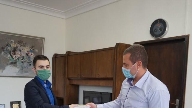Кметът Пенчо Милков дари книги за фонда на читалището в град Глоджево