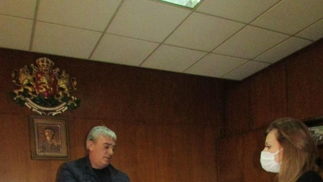Народните представители Светлана Ангелова и Андриан Райков с дарения в Две могили и Ветово