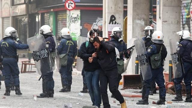 Атина: Павета полетяха по полицията, големият митинг насрочен за 17 часа
