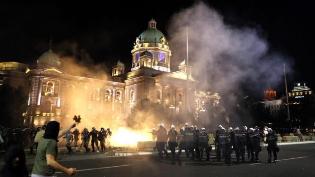 В Сърбия за втора вечер протестираха срещу начина на властите за справяне с пандемията