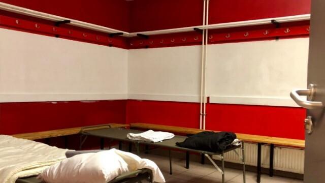Футболен клуб превърна съблекалните си в уютен и топъл дом за бездомници