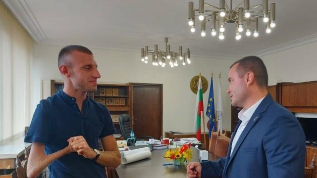 Пенчо Милков награди параолимпиеца Християн Стоянов за отличното му представяне в Токио