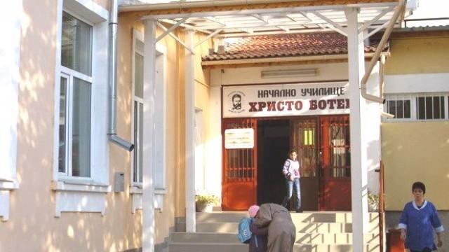 """Плевен: Изложба с автентични носии и оръжия показват в НУ """"Христо Ботев"""""""