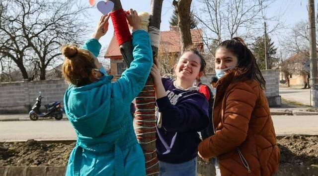 Ученици от Семерджиево украсиха селото с ръчно направени мартеници