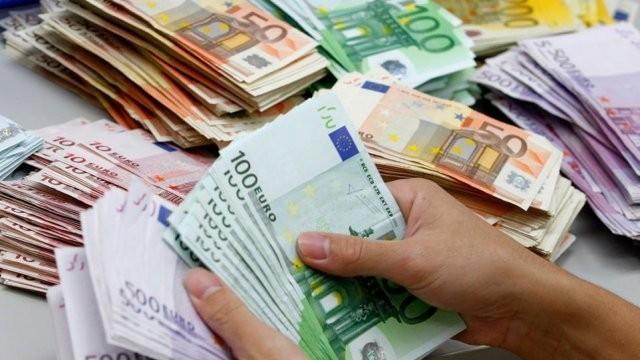 Евробюрократи точат безцеремонно, но законно европейски пари
