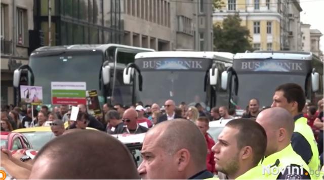 Взривоопасно! Протестиращи нападнаха просветния министър Николай Денков