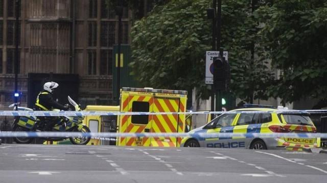 Кола помете пешеходци край британския парламент