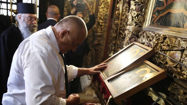 Показно: Глобяват премиера и всички журналисти без маски в Рилския манастир