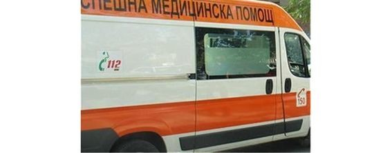 Кола блъсна двама пешеходци, единият загина, вторият е в болница с опасност за живота