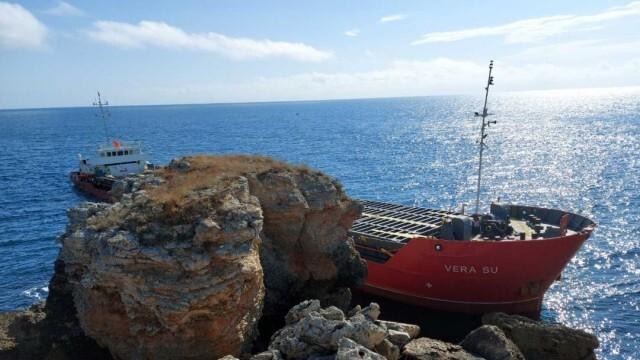 Панамски товарен кораб заседна край Камен бряг, тече разследване