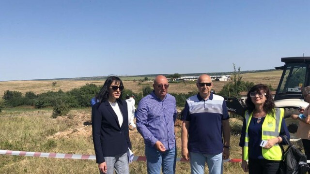 Близо 19 тона загробени пестициди установиха при проверка в два обекта в Червенобрежко