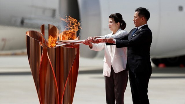 Олимпийският огън вече е в Токио, посрещнаха го скромно