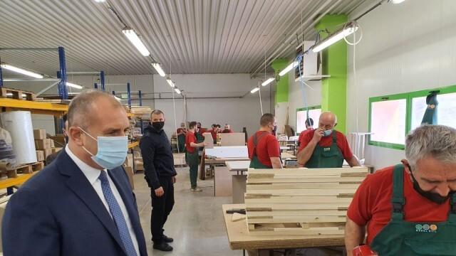 Румен Радев обсъди с ръководството на българско предприятие как се справя бизнесът в условията на криза